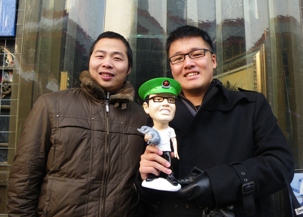 僕の人形を作ってくれた北京の遊先生。似てるでしょ!中国で豚は富の象徴です!