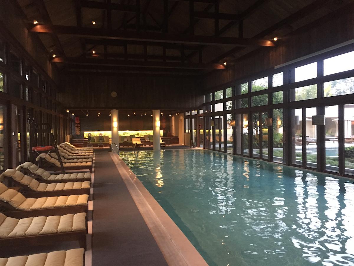 冬でもリラックスできる開閉式温水プール。夏は窓を全開にして、外のプールと合体するの。